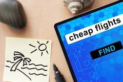 Tablet mit billigen Flügen Stockbild