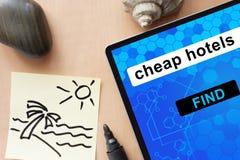Tablet mit billigen Hotels stockfoto