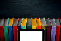Tablet mit bunten Büchern auf Hintergrund stockbilder