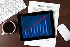 Tablet mit dem Zeitplan auf dem Schirm auf dem Tisch eines Geschäfts Stockfotografie