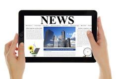 Tablet mit den digitalen Nachrichten, lokalisiert auf Weiß Lizenzfreie Stockfotografie