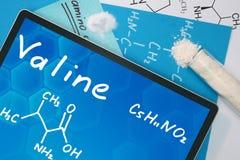 Tablet mit der chemischen Formel des Valins Stockfotografie