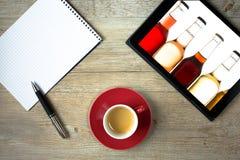 Tablet mit Flaschen limonade und Notizblock für Kauf listen auf Lizenzfreies Stockbild
