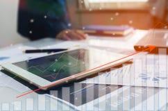 Tablet mit Geschäftsdiagramm- und -diagrammbericht Lizenzfreie Stockfotografie