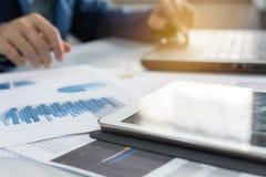 Tablet mit Geschäftsdiagramm- und -diagrammbericht Lizenzfreies Stockbild