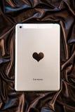 Tablet mit Herzen und Buchstaben ich liebe dich auf braunem Satin, Valentinsgrußtag und feiern Liebe Lizenzfreies Stockfoto