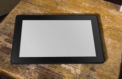 Tablet mit leerem Bildschirm auf einem verwitterten Stuhl Stockfotografie
