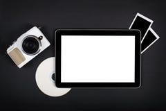 Tablet mit leerem Bildschirm auf schwarzer Tabelle Lizenzfreies Stockfoto