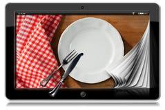 Tablet mit leerer Platte und Tischbesteck Lizenzfreies Stockbild