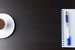 Tablet mit Notizbuch und Stift auf dunkler Tabelle lizenzfreie stockbilder