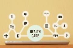 Tablet mit virtueller medizinischer Ikonenschnittstelle Stockfotos