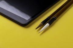 Tablet mit zwei chinesischen Malerpinseln Mao Pi lizenzfreie stockbilder