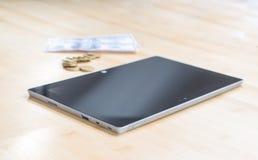 Tablet och pengar Fotografering för Bildbyråer