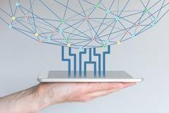 Tablet oder intelligentes Telefon, die Informationen vom World Wide Web laden und herunterladen Stockfotografie