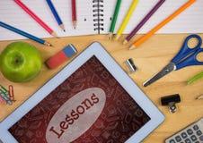 Tablet op een schoollijst met schoolpictogrammen op het scherm Stock Foto