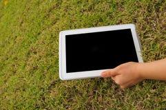 Tablet op Grasgebied royalty-vrije stock afbeeldingen