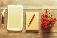 Tablet op houten royalty-vrije stock foto's
