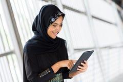 Tablet pc árabe da mulher fotografia de stock