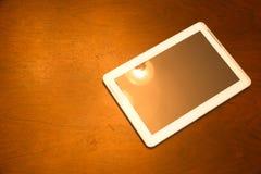 Tablet-PC auf einem dunklen Holztisch Stockfotos