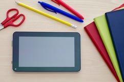 Tablet-PC auf einem Klassenzimmer-Schreibtisch Lizenzfreies Stockbild