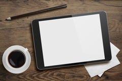 Tablet-PC auf Tabellenschreibtisch mit Kaffeetasse und Bleistift Stockbild