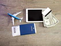 Tablet-PC-Bordkarte durch Konzept der kaufenden Bordkarte online Stockfotos