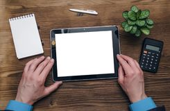 Tablet pc com a tela vazia nas mãos do homem de negócios Conceito das ideias do negócio foto de stock royalty free