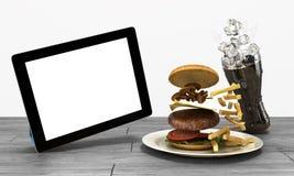 Tablet pc com uma tela vazia na tabela de madeira com um h ilustração stock