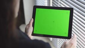 Tablet PC con la pantalla verde almacen de video