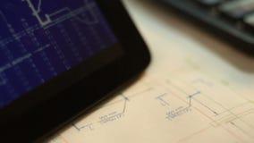 Tablet PC con los dibujos en la tabla con los modelos almacen de metraje de vídeo
