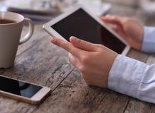 Tablet pc de Digitas com a tela isolada nas mãos fêmeas Imagem de Stock