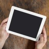 Tablet pc de Digitas com a tela isolada nas mãos masculinas Fotografia de Stock Royalty Free