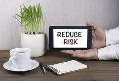 Tablet pc de Digitas nas mãos masculinas - REDUZA O RISCO Imagens de Stock