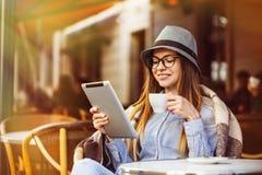 Tablet PC del uso de la muchacha fotografía de archivo libre de regalías