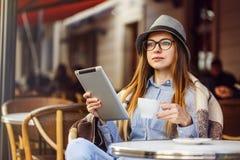 Tablet PC del uso de la muchacha imagen de archivo libre de regalías