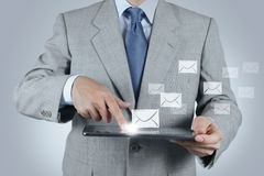 Tablet pc do uso da mão com ícone do email Imagens de Stock Royalty Free