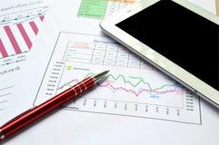 Tablet-PC, documenten en pen op lijst Royalty-vrije Stock Afbeeldingen