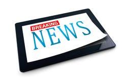 Tablet PC en el fondo blanco con título de las noticias de última hora Imagen de archivo libre de regalías