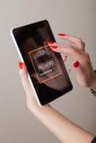 Tablet PC en manos femeninas Foto de archivo libre de regalías