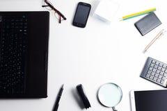 Tablet-PC, Laptop, Stift, Gläser und Vergrößerungsglas, Bleistifte Stockfotografie