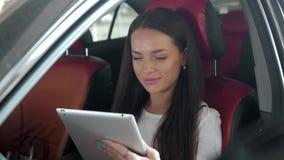 Tablet pc luxuoso do toque do carro do trabalho fêmea executivo atrativo do gerente Fotografia de Stock Royalty Free
