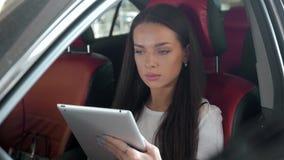 Tablet pc luxuoso do toque do carro do trabalho fêmea executivo atrativo do gerente Fotos de Stock Royalty Free