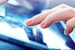Tablet-PC mit einem leeren Bildschirm in den Händen Lizenzfreie Stockfotos