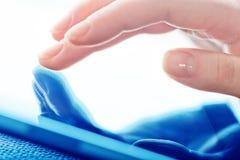 Tablet-PC mit einem leeren Bildschirm in den Händen Stockfoto
