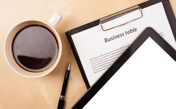 Tablet-PC mit leerem Raum und ein Tasse Kaffee auf einem Schreibtisch Stockbilder