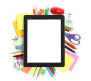 Tablet-PC mit Schulsekretariatsversorgungen Lizenzfreies Stockfoto