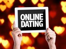 Tablet-PC mit Text on-line-Datierung mit Herz bokeh Stockfotos