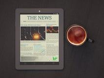 Tablet PC:n, tidning och kupa av kaffe royaltyfri fotografi