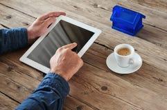 Tablet pc nas mãos dos homens Imagens de Stock