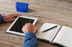 Tablet pc nas mãos dos homens Fotografia de Stock Royalty Free
